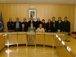 Representantes de los grupos políticos, de la Unión de Moros y Cristianos y de comparsas en el acto.