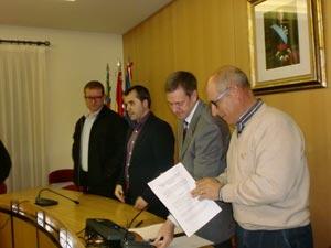 Portavoces de los 3 Grupos Políticos en la netrega del acta de la moción